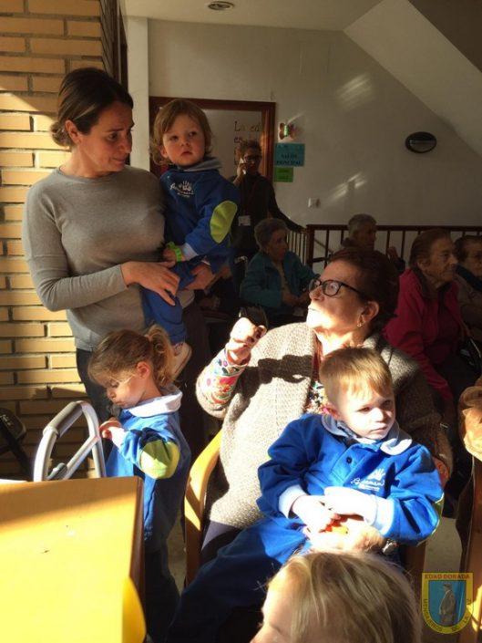 Visita de la guardería de Sotogrande a la Residencia San Enrique de Guadiaro
